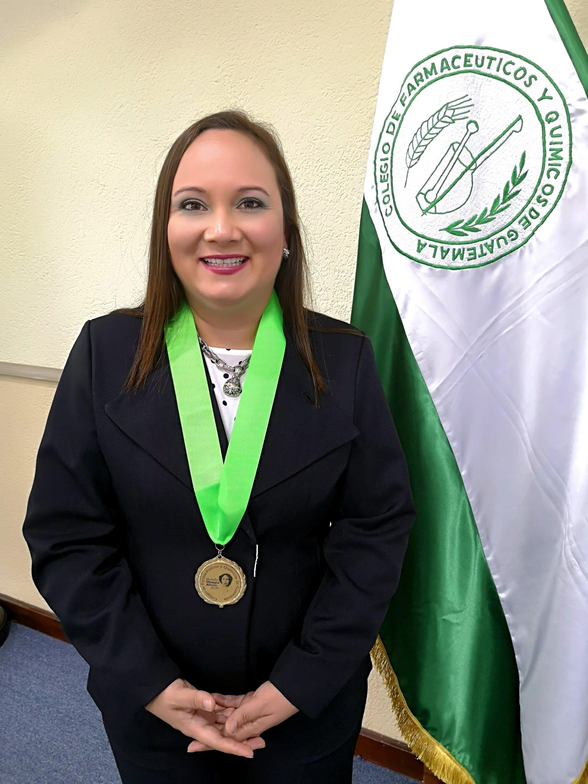La MSc. Michele Monroy Valle, Nutricionista, agradeció al COFAQUI y su Junta Directiva por el reconocimiento recibido.